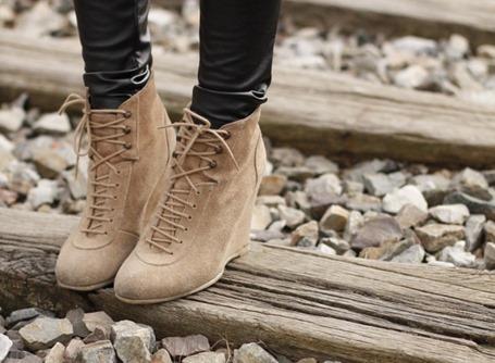 Как и с чем носить обувь на танкетке