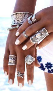 Как создать образ с помощью серебряных украшений